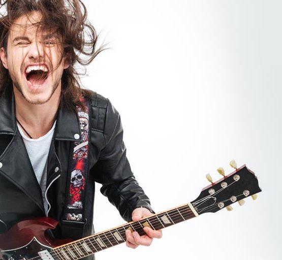 SCOALA DE MUZICA CONTEMPORANA LA LOS ANGELES ofera cursuri de chitara, bas, tobe, voce, pian pentru cei cu varsta de peste 18 ani.